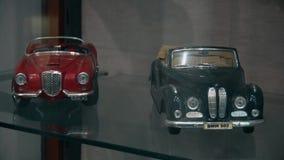 Due giocattoli di vecchia e retro automobile dello XX secolo video d archivio