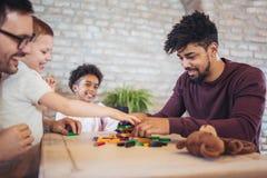 Due giochi educativi del gioco dei padri con i loro bambini Fotografia Stock Libera da Diritti