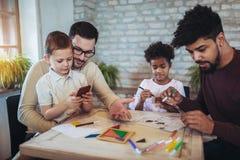 Due giochi educativi del gioco dei padri con i loro bambini Fotografia Stock