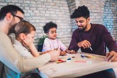 Due giochi educativi del gioco dei padri con i loro bambini Fotografie Stock Libere da Diritti