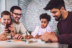 Due giochi educativi del gioco dei padri con i loro bambini Fotografie Stock