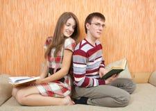Due giovani allievi con i libri Fotografie Stock Libere da Diritti