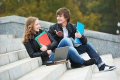 Due giovani allievi sorridenti all'aperto Fotografia Stock