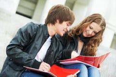 Due giovani allievi sorridenti che studiano all'aperto Fotografia Stock
