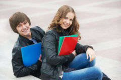 Due giovani allievi sorridenti che studiano all'aperto Immagini Stock