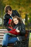 Due giovani allievi sorridenti che studiano all'aperto Immagini Stock Libere da Diritti