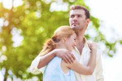 Due giovani amanti romantici che spendono il loro tempo nella foresta O di estate Fotografia Stock
