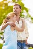 Due giovani amanti romantici che spendono il loro tempo nella foresta O di estate Fotografie Stock