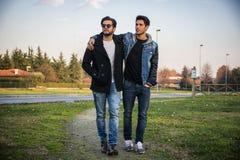 Due giovani bei, amici, in un parco fotografia stock