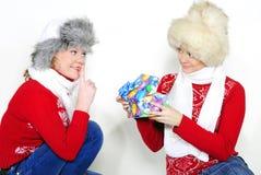 Due giovani belle ragazze con i regali Fotografia Stock