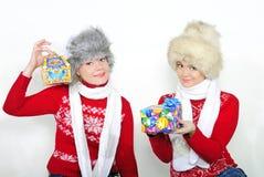 Due giovani belle ragazze con i regali Fotografia Stock Libera da Diritti