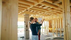 Due giovani che discutono costruzione di una casa archivi video