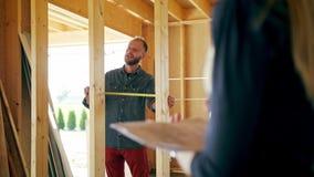 Due giovani che discutono costruzione di una casa stock footage