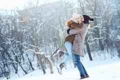 Due giovani che godono nella neve fotografia stock
