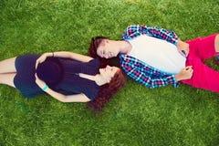 Due giovani che godono sull'erba Immagini Stock Libere da Diritti