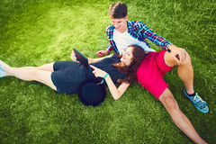 Due giovani che godono sull'erba Fotografia Stock