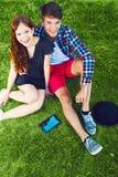 Due giovani che godono sull'erba Fotografia Stock Libera da Diritti