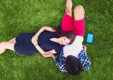 Due giovani che godono sull'erba Fotografie Stock