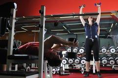 Due giovani che risolvono nella forma fisica Fotografia Stock