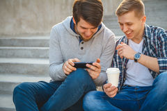 Due giovani che si siedono sui punti Fotografie Stock Libere da Diritti