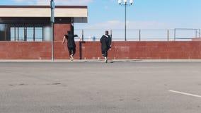 Due giovani che superano gli ostacoli sulle vie urbane archivi video