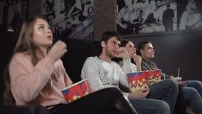 Due giovani coppie felici al cinema archivi video