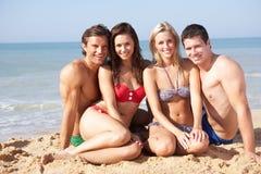 Due giovani coppie sulla festa della spiaggia fotografie stock