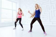 Due giovani donne adatte che hanno un allenamento di ballo di forma fisica Immagini Stock