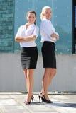 Due giovani donne attraenti di affari all'aperto Immagini Stock