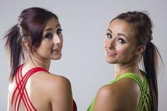 Due giovani donne attraenti dopo l'esercitazione Immagine Stock
