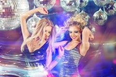 Due giovani donne che ballano al club della discoteca di notte Fotografie Stock