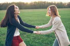 Due giovani donne che ballano all'aperto Immagini Stock Libere da Diritti