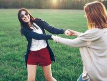 Due giovani donne che ballano all'aperto Fotografia Stock