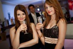 Due giovani donne che bevono chanpagne fotografie stock libere da diritti