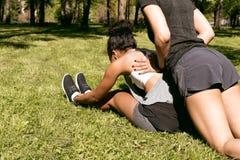 Due giovani donne che fanno allungando gli esercizi Immagini Stock Libere da Diritti
