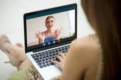 Due giovani donne che godono di video chiamata, app per chiacchierata virtuale Fotografia Stock Libera da Diritti