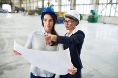 Due giovani donne che lavorano alla fabbrica Fotografia Stock