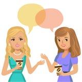 Due giovani donne che parlano in caffè instreet di pettegolezzo delle ragazze del caffè che si siede comunicando due giovani dell Fotografie Stock Libere da Diritti