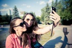 Due giovani donne che prendono un selfie all'aperto Fotografie Stock