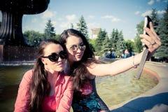 Due giovani donne che prendono un selfie all'aperto Fotografia Stock Libera da Diritti