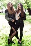 Due giovani donne d'avanguardia che stanno sull'erba Immagine Stock Libera da Diritti