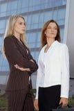Due giovani donne di affari 5 Immagini Stock