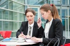 Due giovani donne di affari Immagine Stock