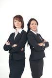 Due giovani donne di affari che si levano in piedi insieme Fotografia Stock