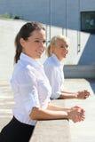 Due giovani donne di affari nella via Immagini Stock Libere da Diritti