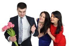 Due giovani donne ed un gay Immagine Stock