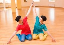 Due giovani donne fanno l'yoga Immagine Stock