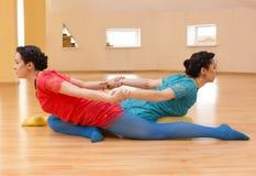 Due giovani donne fanno l'yoga Fotografie Stock