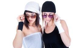Due giovani donne graziose che osservano in qualche luogo prezzo via Fotografie Stock Libere da Diritti