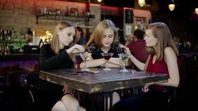 Due giovani donne sta confortando un altro stock footage